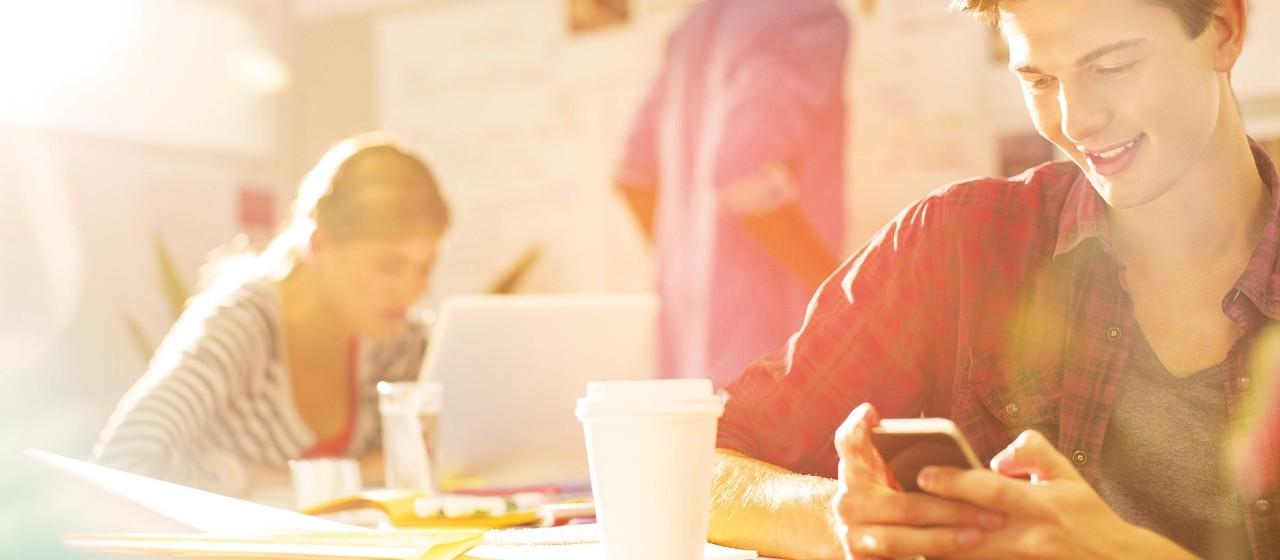 Student schaut auf ein Smartphone
